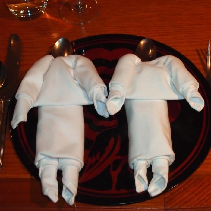 pliage-serviette-simple-deux-figures-humaines