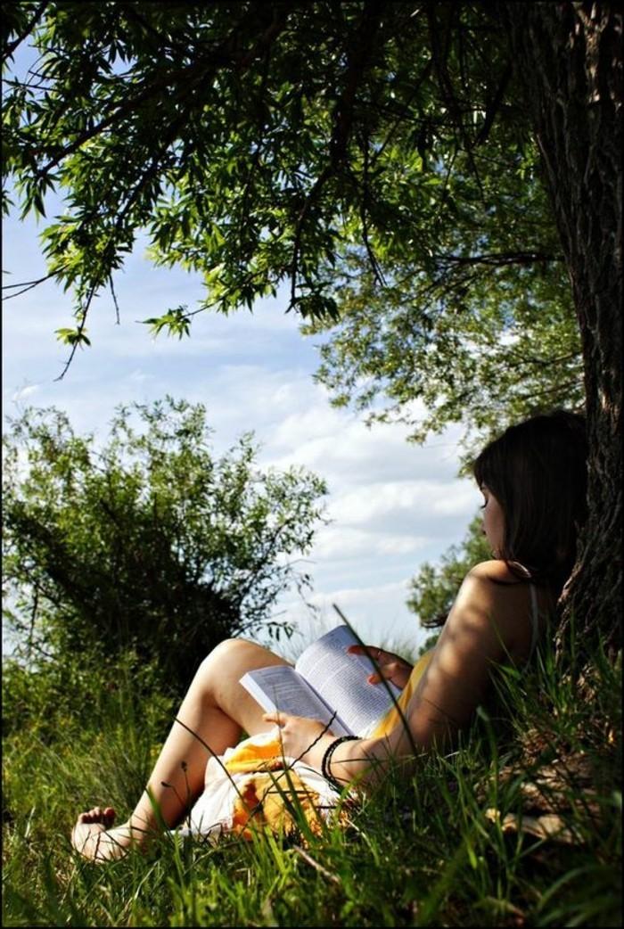 quoi-lire-cette-ete-fnac-livres-meilleures-ventes-livres-les-plus-vendus-fille-qui-est-assis-dans-le-jardin