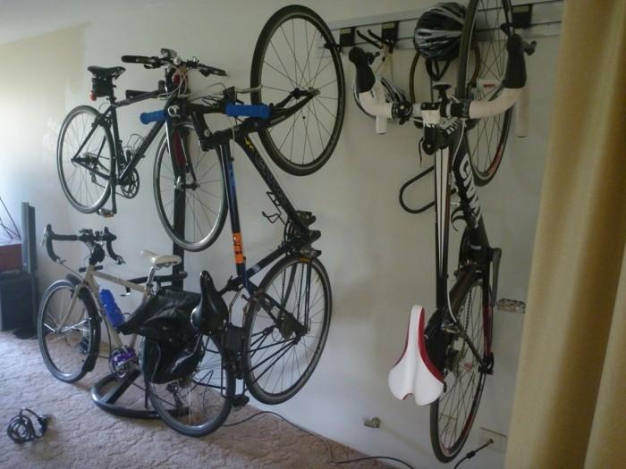 Comment ranger des velos dans un garage support vlo portevlo mural un rangement vlo nous - Accroche velo mur ...