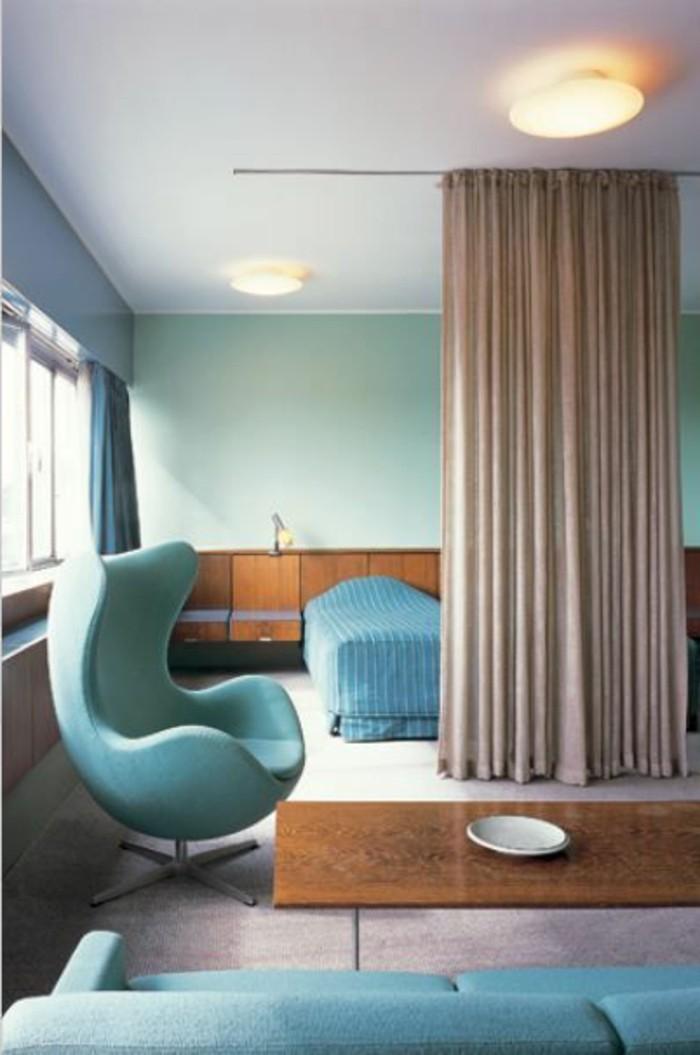 rideau-séparation-chambre-a-coucher-chaise-en-bleu-turquoise-plafond-blanc-mur-bleu