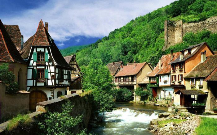 route-des-vins-d'Alsace-rivière-et-maisons-à-colombages