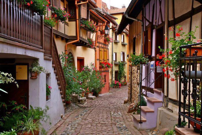 route-des-vins-d'Alsace-ruelle-pittoresque-à-Eguisheim
