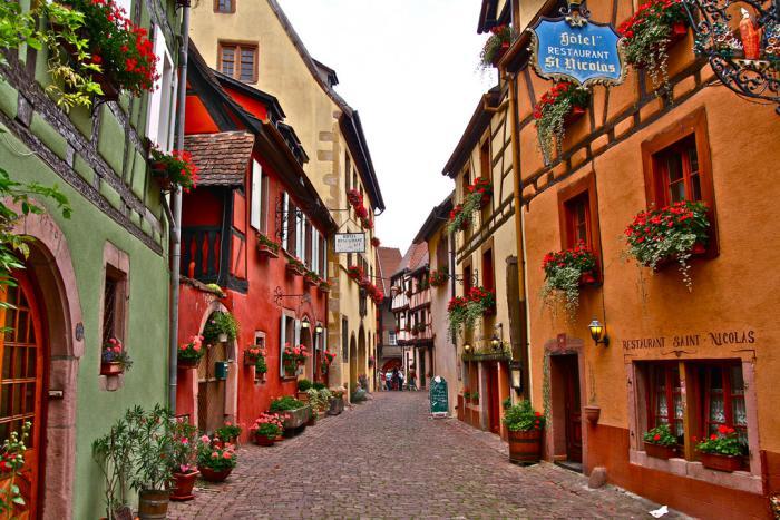 route-des-vins-d'Alsace-ruelles-pavées-et-maisons-colorées
