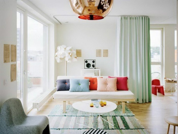 séparation-de-pièce-amovible-bleu-pale-coussins-colorés-décoratis