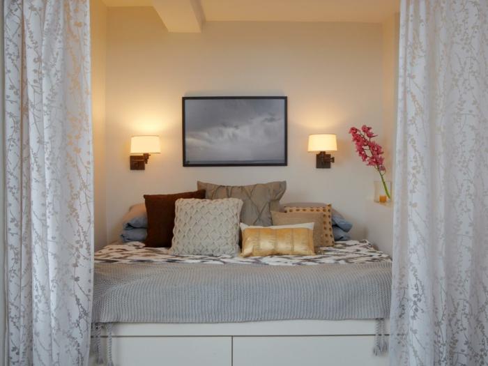 séparation-de-pièce-amovible-chambre-a-coucher-murs-beiges-coussins-decoratifs-lit-deux-personnes