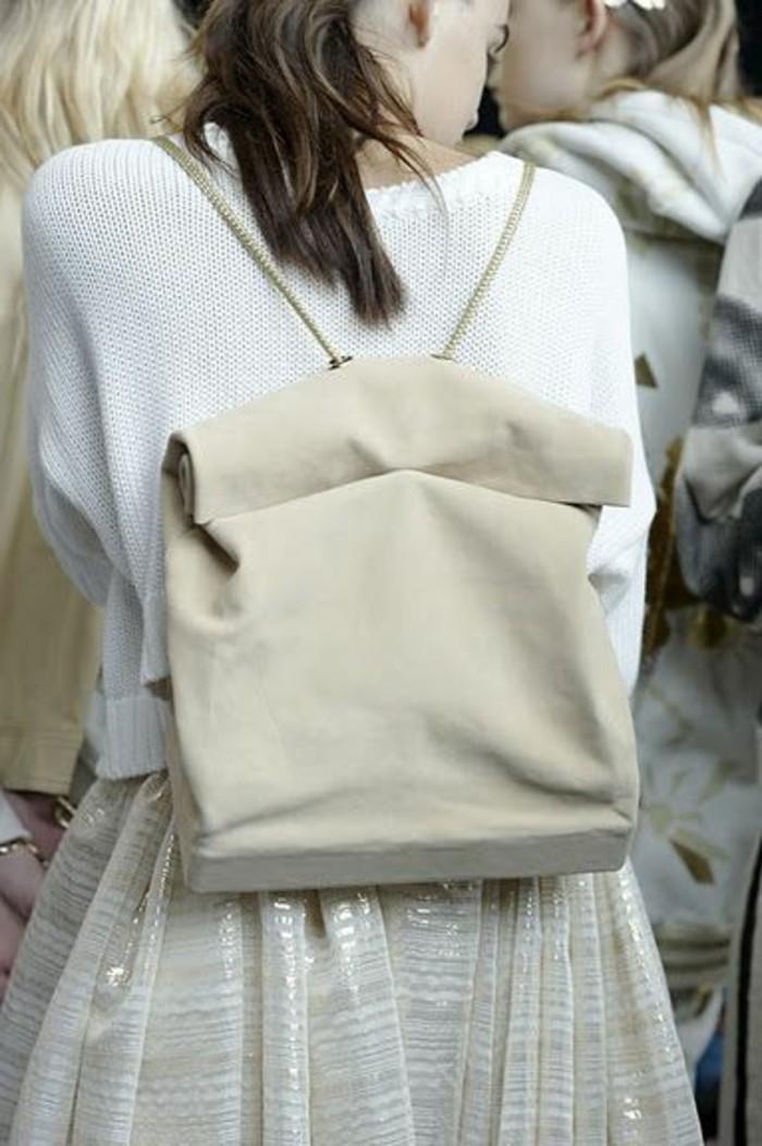 sac-a-dos-beige-en-cuir-les-dernieres-tendances-chez-le-sac-a-dos-t-shirt-blanc