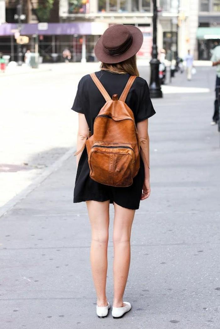 sac-a-dos-cuir-marron-clair-robe-courte-couleur-noir-chaussures-femme-d-ete-beige