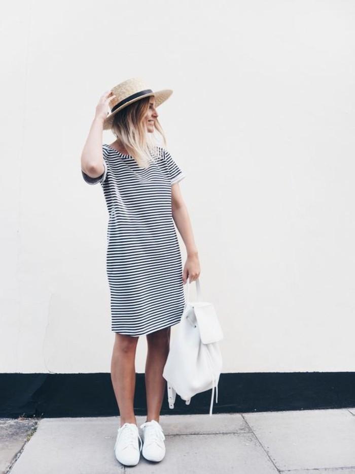sac-a-dos-en-cuir-blanc-robe-mi-longue-à-rayures-blancs-noires-sneakers-blancs