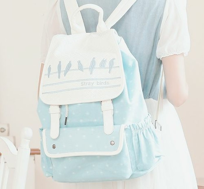 sac-a-dos-en-tendance-blanc-et-bleu-clair-design-chic-et-moderne