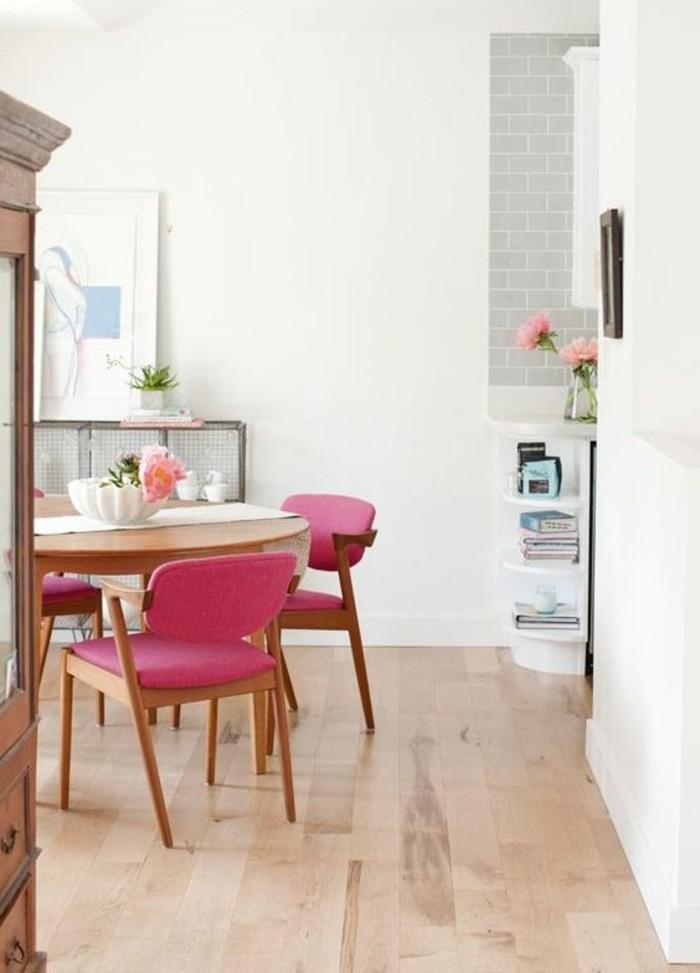 salle-a-manger-design-chic-sol-en-parquet-clair-chaises-roses-parquet-clair