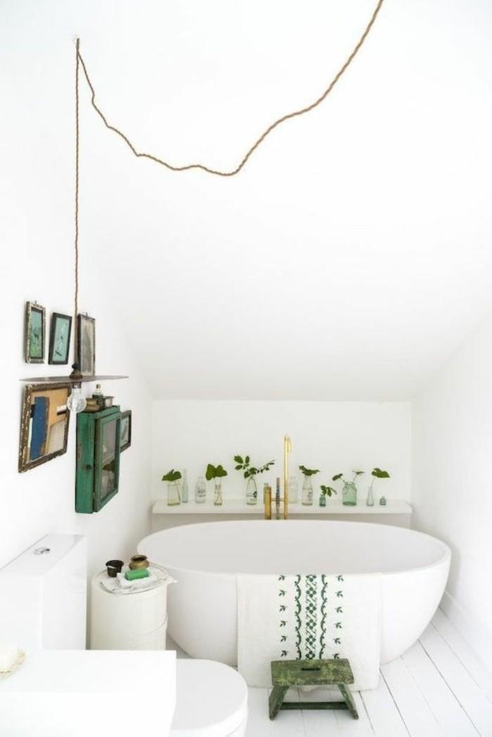 salle-de-bain-blanche-baignoire-ovale-blanche-salle-de-bain-sous-pente-faience-salle-de-bain-blanche