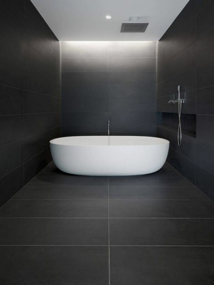 salle-de-bain-blanche-et-noire-baignoire-blanche-salle-de-bain-anthracite-foncé
