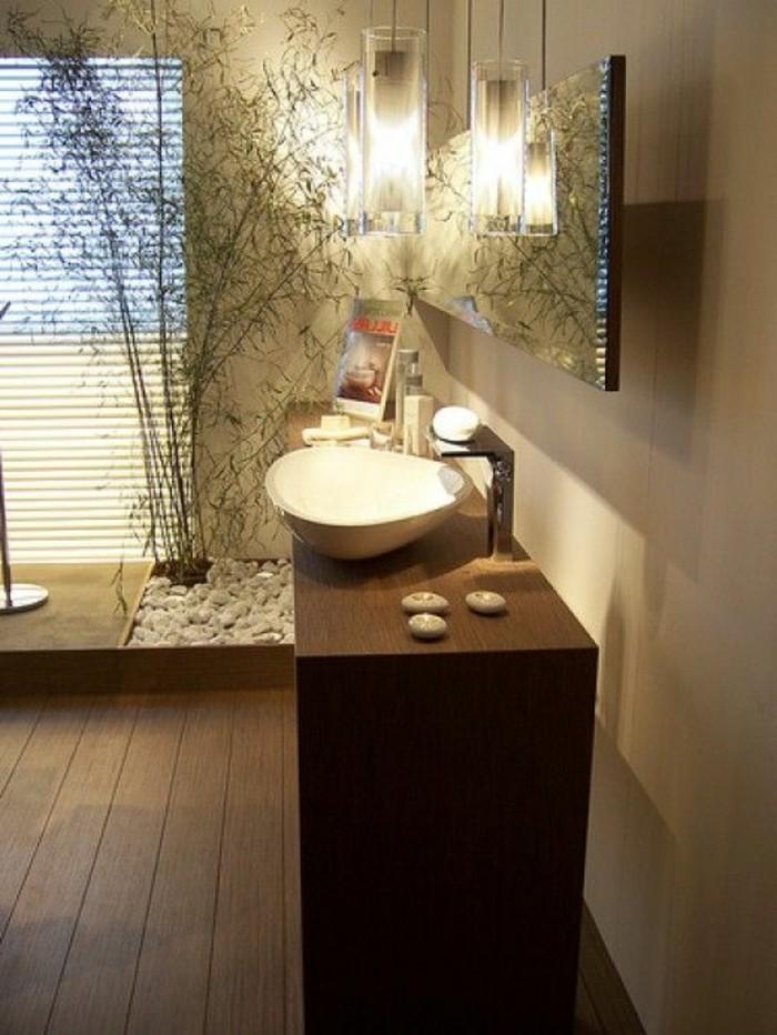 salle-de-bain-deco-zen-bambou-sol-en-planchers-en-bois-marron-foncé