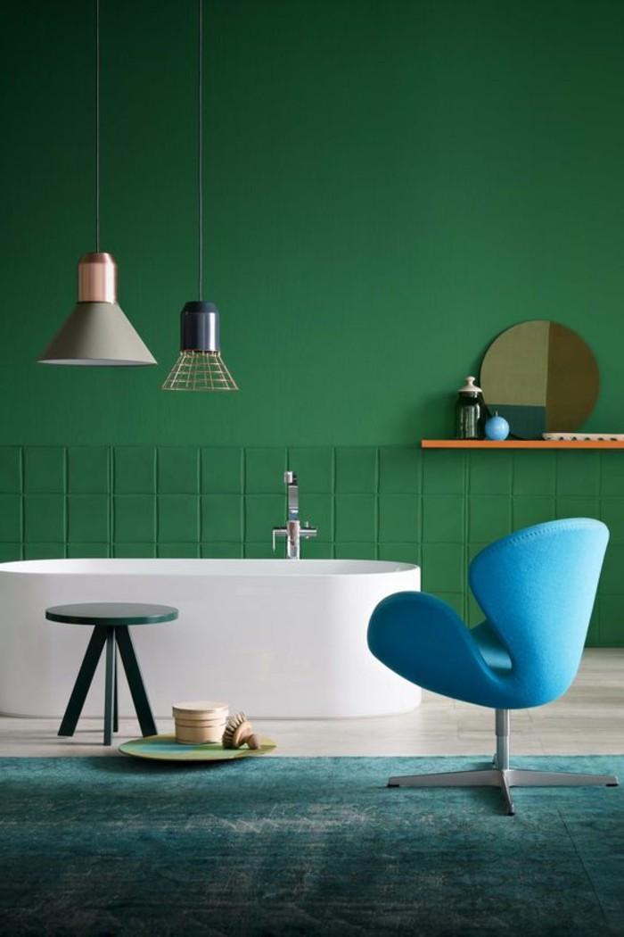 salle-de-bain-luxe-baignoire-blanche-mur-vert-lampes-design-chic