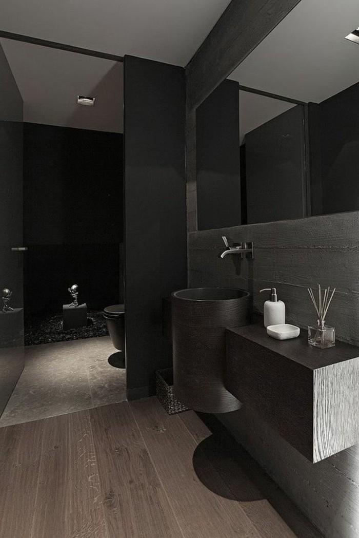 salle-de-bain-noire-sol-en-parquet-foncé-grand-miroir-mural-pour-la-salle-de-bain