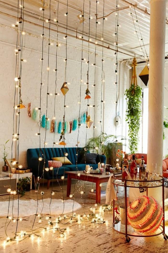 salon-avec-mur-en-briques-blancs-deco-studio-20m2-canapé-bleu-dans-le-salon-chic