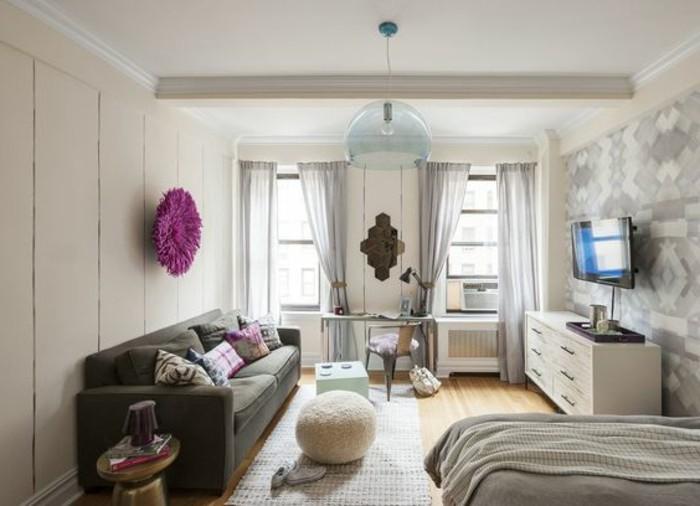 salon-chic-canapé-gris-amenager-un-studio-de-20m2-tapis-beige-parquet-rideuax-longs-gris