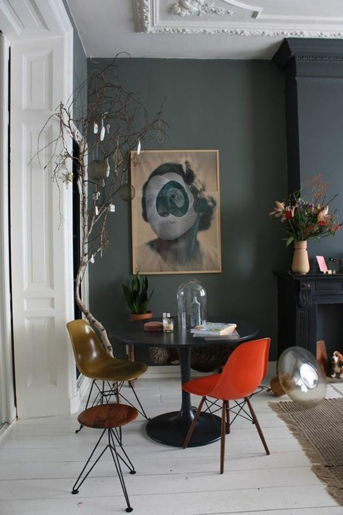 salon-meubles-chic-chaises-en-plastique-meubler-son-appartement-mur-gris-foncé