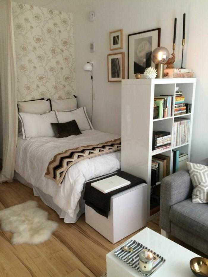 sol-en-parquet-clair-mur-en-papier-peint-tapis-en-fourrure-blanc-studio-chic-cocooning