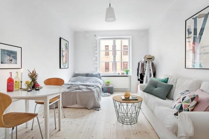 sol-en-parquet-clair-murs-blancs-sol-en-bois-clair-murs-plafond-blanc-meubles-chic