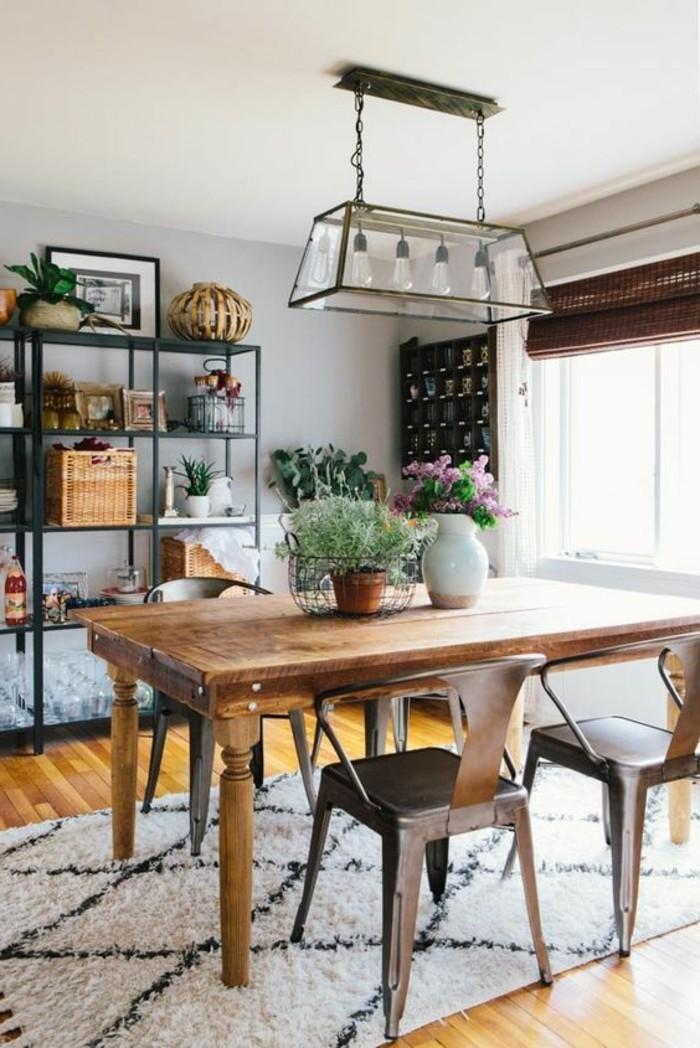 sol-en-parquet-clair-table-en-bois-massif-fleurs-sur-la-table-lustre-retro-en-fer-et-verre