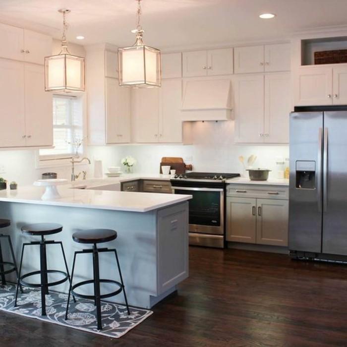 sol-en-parquet-foncé-meubles-en-blanc-cuisine-blanche-chaises-hautes-de-cuisine