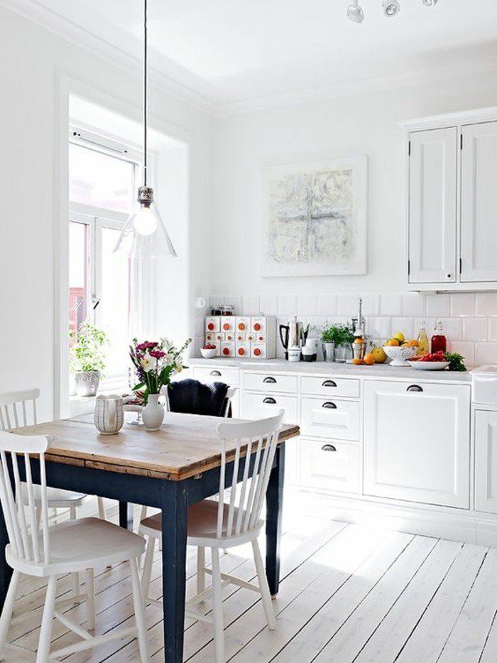 sol-en-planchers-beiges-chaises-en-bois-beiges-salle-a-manger-blanche-lustre-suspendu