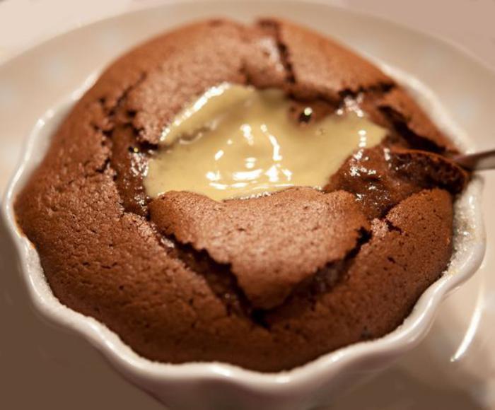 soufflé-au-chocolat-avec-crème-jaune