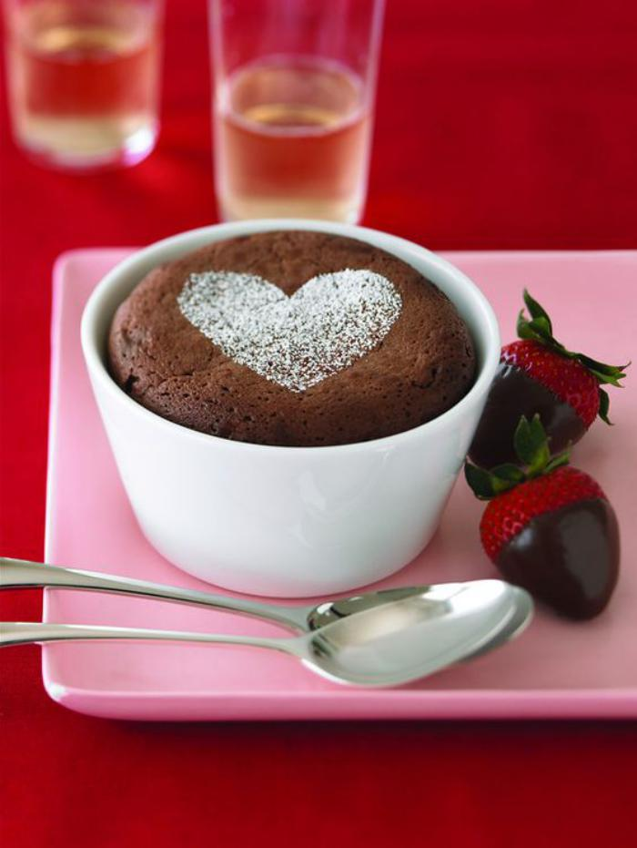 soufflé-au-chocolat-et-framboises-plongées-en-chocolat