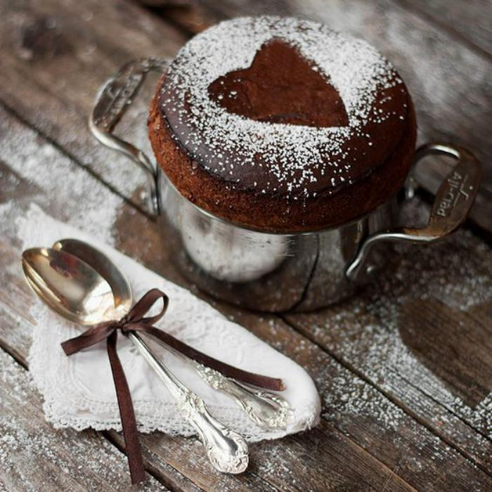 soufflé-au-chocolat-petit-gâteau-décoré-de-sucre
