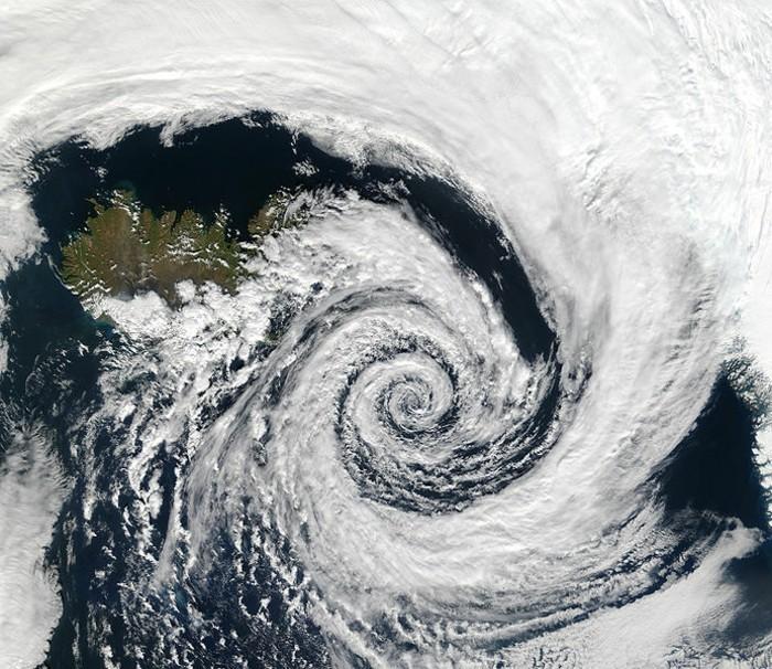 suite-de-Fibonacci-dans-les-formes-d'-un-cyclone-resized