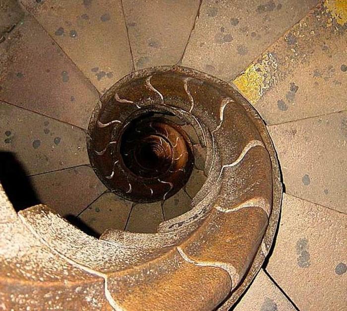 suite-de-Fibonacci-en-forme-d'-escaliers-dans-une-cathedrale-de-Barcelone-resized