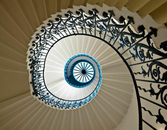suite-de-Fibonacci-escalier-au-metal-forge-noir-qui-parait-bleu-dans-la-lumiere-resized