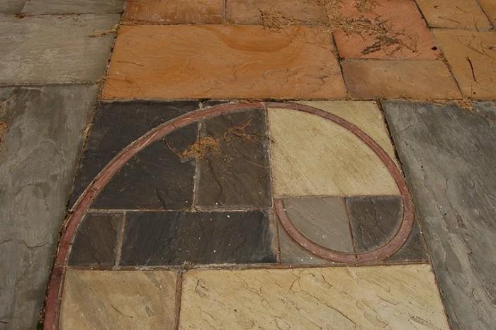 suite-de-Fibonacci-spirale-sur-le-paviment-resized