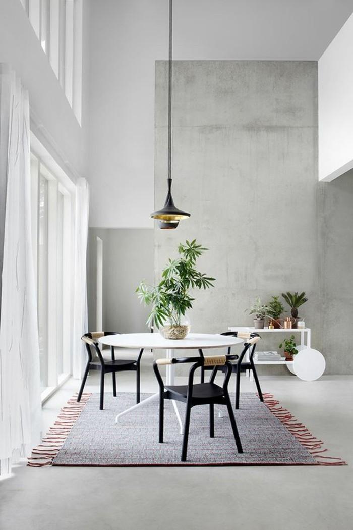 table-a-manger-pas-cher-table-blanche-tapis-coloré-plante-verte-d-interieur-mur-en-beton-gris