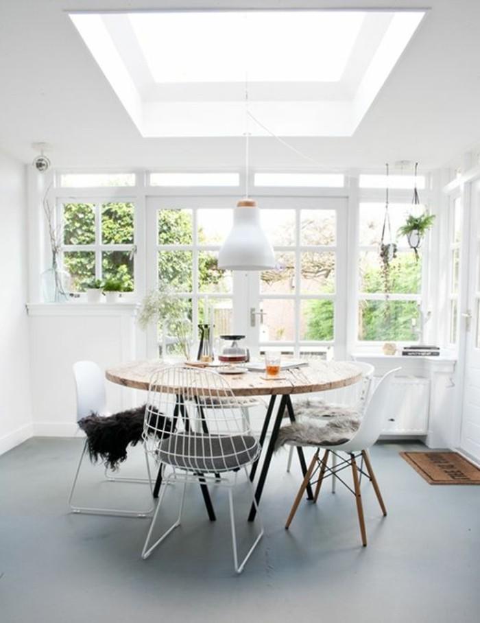 table-a-manger-ronde-en-bois-chaise-en-fer-blanc-sol-en-lino-gris