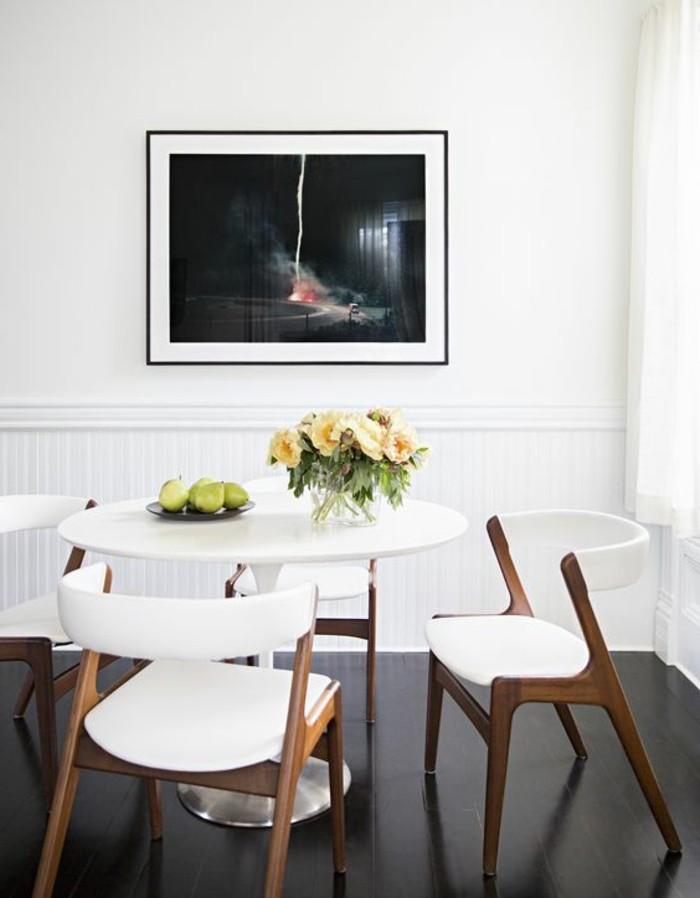table-design-pas-cher-table-a-manger-tulipe-blanche-chaises-blanches-fleurs-sur-la-table