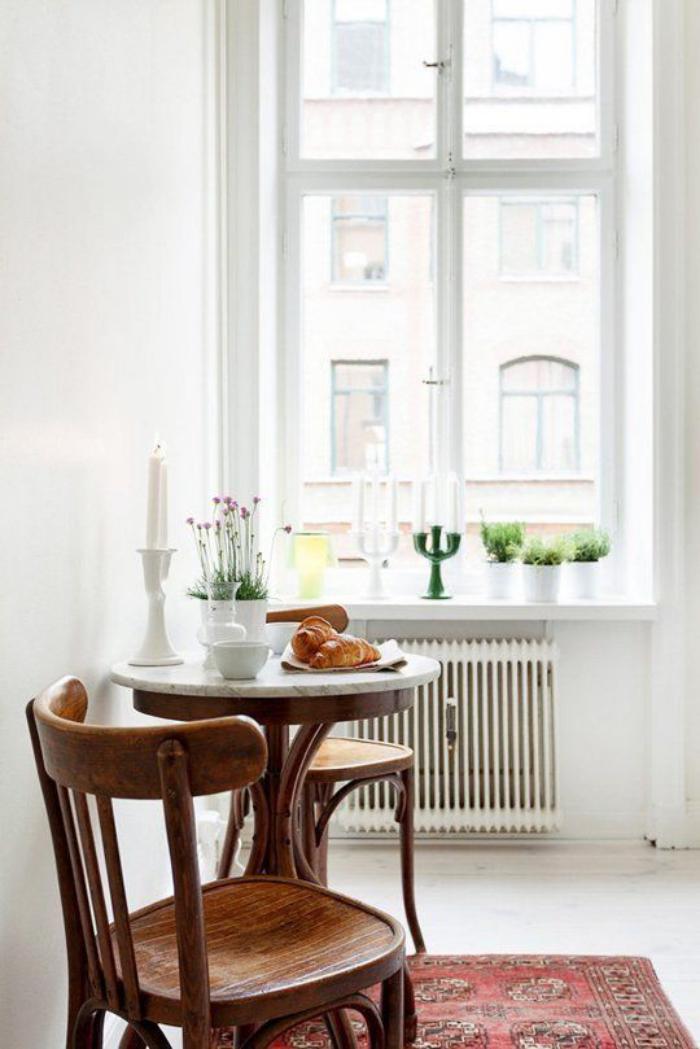 table-gain-de-place-cuisine-chaises-bistrot-vintgae