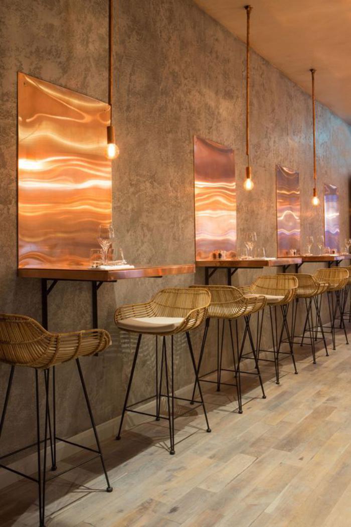 table-gain-de-place-intérieur-de-café-style-industriel