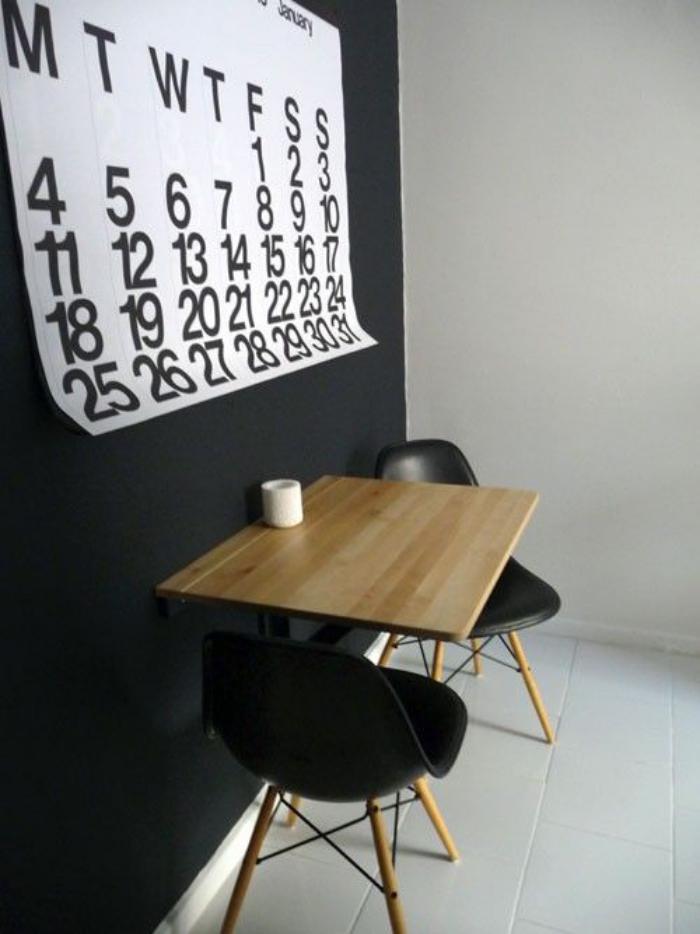 table-gain-de-place-murale-en-bois-avec-chaises-scandinaves