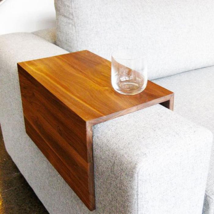 table-gain-de-place-petite-table-à-accrocher-au-sofa