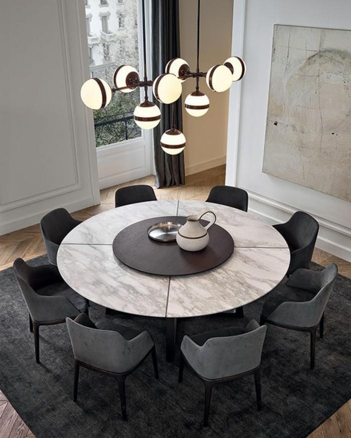 table-ronde-design-chaises-grises-sol-en-parquet-naturel-lustre-design-tapis-gris-foncé