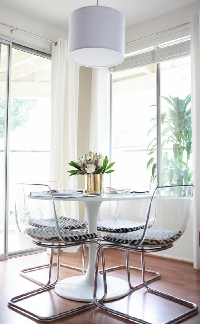 table-tulipe-blanche-fleurs-sur-la-table-parquet-foncé-fleurs-sur-la-table-grandes-fenetres
