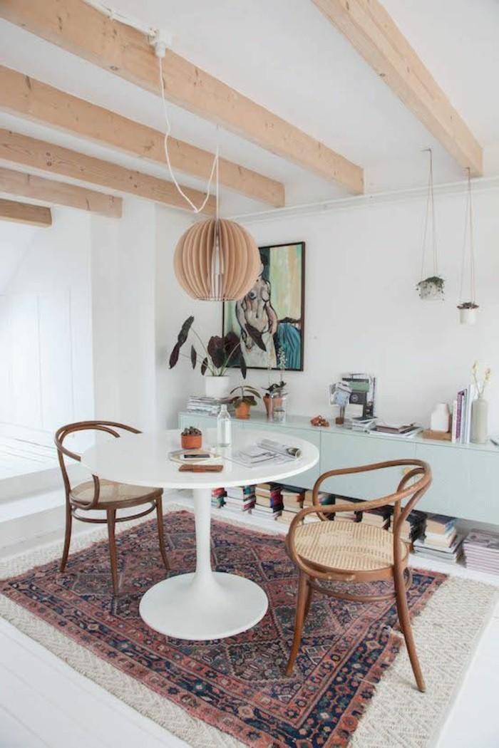 table-tulipe-cuisine-originale-table-de-cuisine-ronde-blanche-tapis-coloré-lustre-design