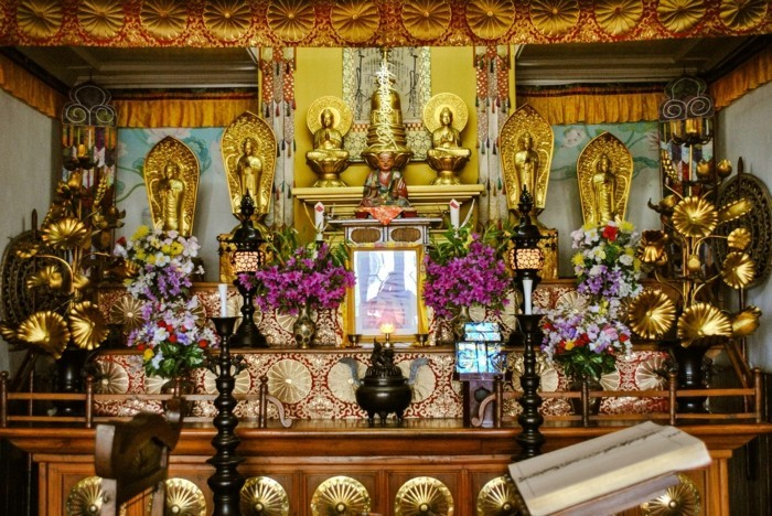 temple-bouddhiste-Nipponzan-Myohoji-interieur-resized