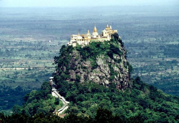 temple-bouddhiste-Taung-Kalat-Myanmar-resized