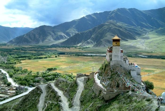 temple-bouddhiste-Yumbulagang-dans-les-montagnes-resized