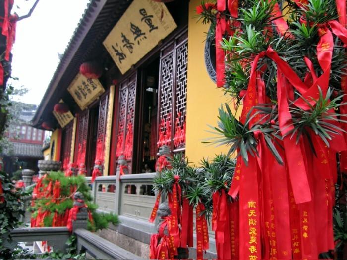 temple-bouddhiste-bandes-rouges-avec-des-inscriptions-de-paix-resized