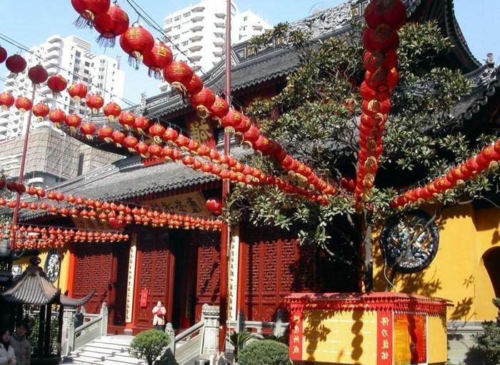 temple-bouddhiste-decoration-aux-lanternes-rouges-Jade-resized