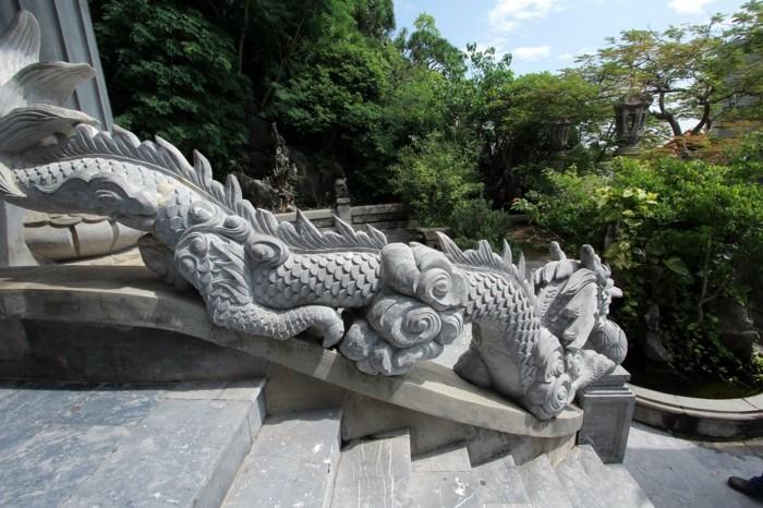 temple-bouddhiste-detail-avec-des-dragons -queue-de-poisson-en-marbre-resized